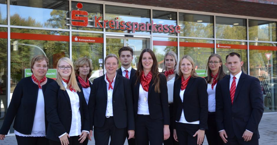 Es ist geschafft! – Das Team aus Büchen begrüßt die Kunden im neuen Sparkassencenter
