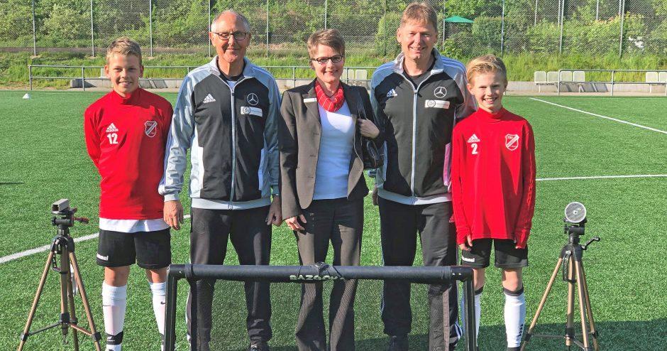 Fußballer des DFB-Stützpunktes freuen sich über Zeitmessgerät und Mini-Tore