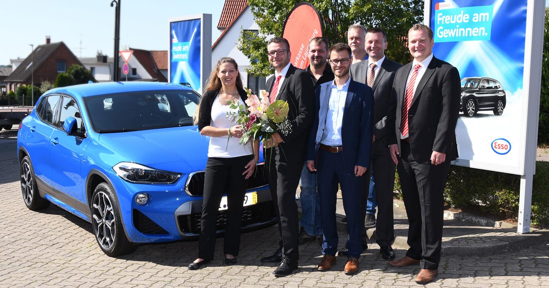 Aus Freude am Gewinnen – Kreissparkassenkundin mit neuem BMW X2